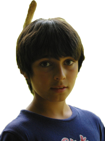 enfant avec une plume dans les cheveux