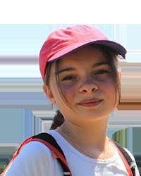 Fille avec une casquette rose