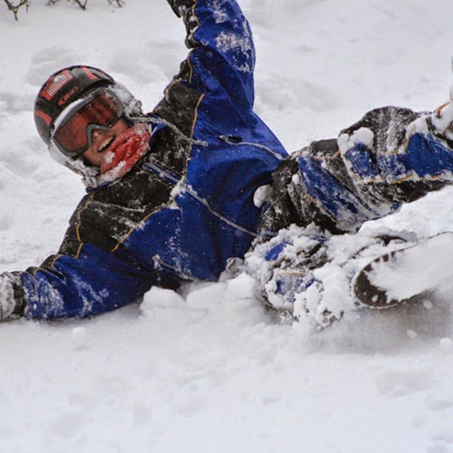 Enfant qui se roule dans la neige