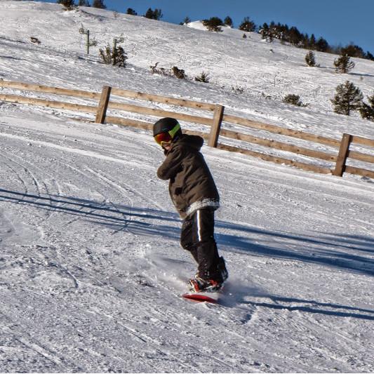 adolescent en snowboard