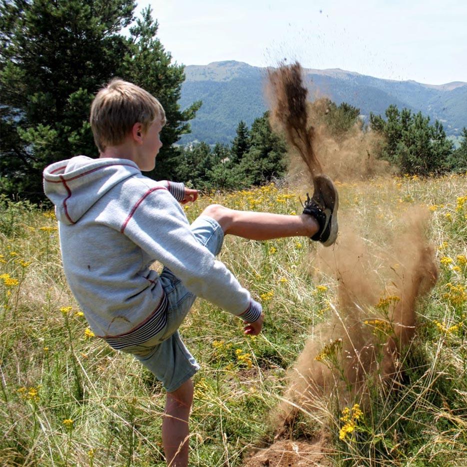 enfant tape dans une motte de terre