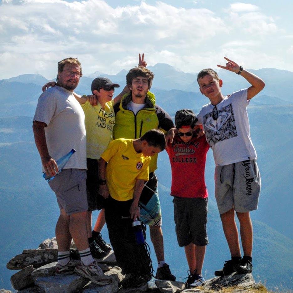 petit groupe colonie été au sommet d'une montagne