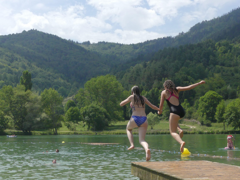 Deux adolescentes sautent dans le lac